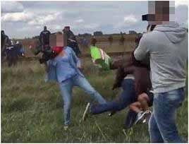 難民を蹴りつけた女性カメラマンを解雇