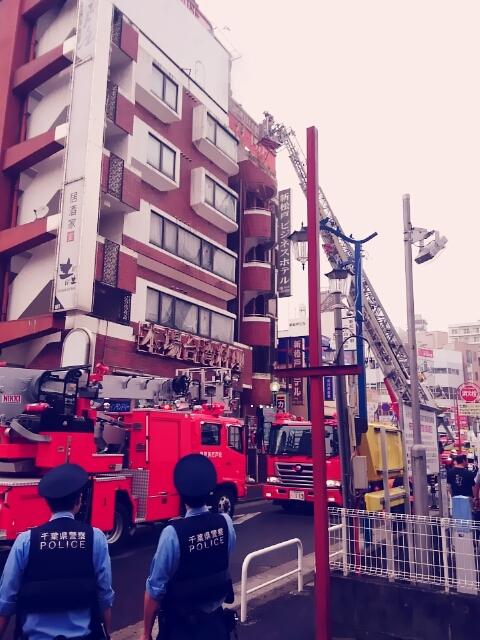 千葉県松戸市JR新松戸駅前でビル火災が発生①